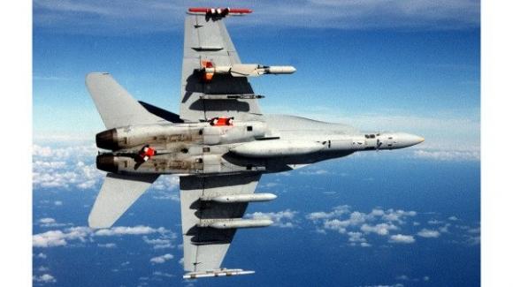 Hình ảnh máy bay quân sự của TQ băng qua đường giữa của eo biển Đài Loan, và máy bay chiến đấu F-16 của Quân đội Quốc gia Đài Loan (trái) khẩn cấp bay giáo sát (Nguồn ảnh: Bộ Quốc phòng Đài Loan / CC0)