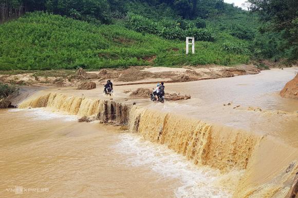 Đường vào Phước Lộc có nhiều đoạn ôtô không vào được, đoàn sở chỉ huy phải đi xe máy vào xã Phước Công, nơi dự kiến đặt Sở chỉ huy tiền phương. Ảnh: Phước Tuấn.