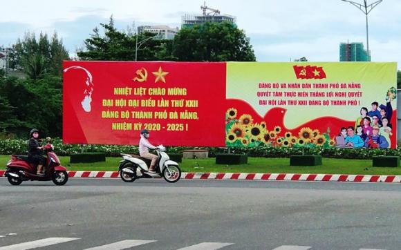 Đà Nẵng trang trí đường phố chào mừng Đại hội Đảng bộ TP chính thức khai mạc vào ngày 20.10 /// Ảnh: Hoàng Sơn