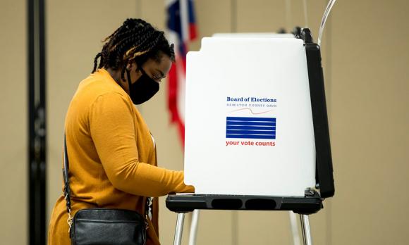 Người phụ nữ đeo khẩu trang đi bỏ phiếu bầu cử sơ bộ ở thành phố Cincinnati, bang Ohio hồi cuối tháng 4. Ảnh: Cincinnati Enquirer.