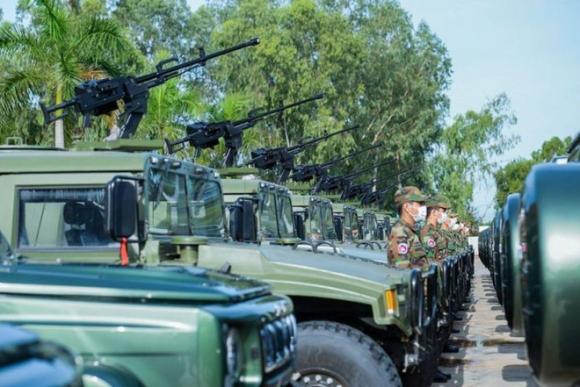 Các khí tài trong số 75 xe quân sự do Trung Quốc bàn giao cho Campuchia vào hôm 6.10.2020 /// Ảnh: Facebook ông Hun Manet