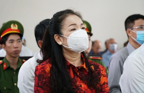 Bị cáo Ngô Thị Minh Phượng, Chủ tịch HĐQT Công ty An Khang, tại tòa sáng 28/10. Ảnh: Trường Hà.
