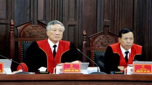 Chánh án Toà án nhân dân tối cao Nguyễn Hoà Bình (bên trái) và Thẩm phán Nguyễn Trí Tuệ tại phiên giám đốc thẩm vụ án Hồ Duy Hải /// Ảnh TTXVN