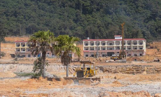 Toàn cảnh địa điểm xây dựng ở Dara Sakor, khu đầu tư trị giá 3,8 tỷ USD do Trung Quốc hậu thuẫn, bao gồm 20% đường bờ biển Campuchia. (Ảnh của Artur Widak / NurPhoto qua Getty Images)