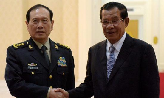 Thủ tướng Campuchia Hun Sen bắt tay Bộ trưởng Quốc phòng Trung Quốc Wei Fenghe trước cuộc gặp của họ tại Cung điện Hòa bình ở Phnom Penh vào ngày 18 tháng 6 năm 2018. (Ảnh của TANG CHHIN Sothy / AFP / Getty Images)