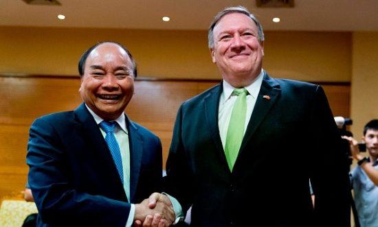 Ngoại trưởng Hoa Kỳ Mike Pompeo gặp Thủ tướng Việt Nam Nguyễn Xuân Phúc tại Trung tâm Hội nghị Quốc tế ở Hà Nội vào ngày 9 tháng 7 năm 2018. (Ảnh của Andrew Harnik / POOL / AFP / Getty Images)