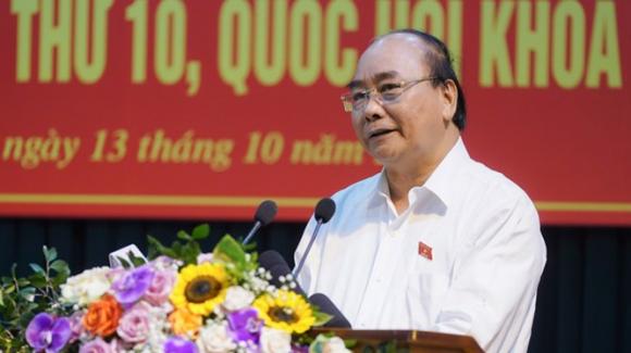 Thủ tướng trả lời các vấn đề cử tri nêu tại cuộc tiếp xúc. Ảnh: VGP.