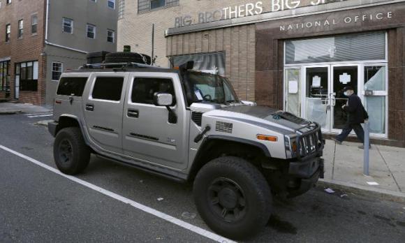 Chiếc xe màu bạc của hai nghi phạm đỗ gần Trung tâm Hội nghị Pennsylvania ở thành phố Philadelphia, Mỹ, hôm 6/11. Ảnh: AP.
