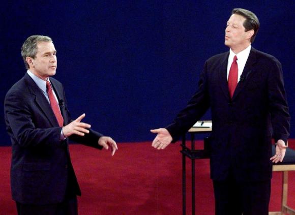 George W. Bush (trái) và Al Gore trong cuộc tranh luận năm 2000. Ảnh: NBC.