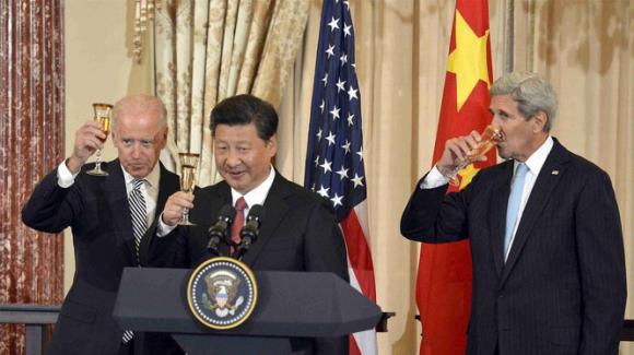 Mặc dù ông Tập Cận Bình chưa chính thức chúc mừng ông Joe Biden, nhưng quan hệ hậu trường hai bên đã được khởi động. Trong ảnh: ông Tập Cận Bình đón ông Biden và J.Kerry tại Bắc Kinh ngày 25/9/2015 (Ảnh: Reuters).