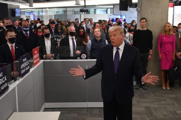 Tổng thống Mỹ Donald Trump đến thăm trụ sở chiến dịch tranh cử quốc gia của ông ở Arlington, bang Virginia, vào chiều 3/11. Ảnh: AFP.