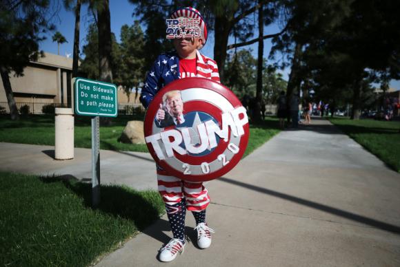"""Một người ủng hộ Tổng thống Donald Trump tham gia cuộc biểu tình """"Stop the Steal"""" (Ngăn chặn gian lận - Chặn đứng đánh cắp) trong cuộc bầu cử Tổng thống Mỹ năm 2020, trước Tòa nhà Quốc hội tiểu bang vào ngày 7/11/2020 ở Phoenix, Arizona. (Ảnh của Mario Tama / Getty Images)"""