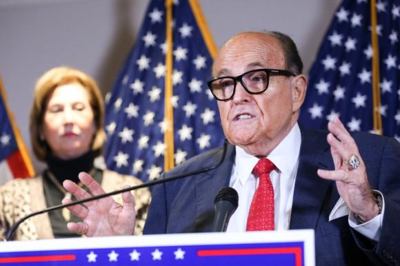 Luật sư riêng của Tổng thống Trump và cựu Thị trưởng Thành phố New York Rudy Giuliani phát biểu trước giới truyền thông khi luật sư Sidney Powell trong chiến dịch tranh cử của ông Trump xuất hiện trong cuộc họp báo tại trụ sở Ủy ban Quốc gia Đảng Cộng hòa ở Washington vào ngày 19/11/2020 (Charlotte Cuthbertson / The Epoch Times)
