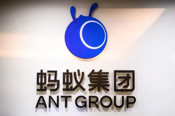 Bức ảnh chụp ngày 30 tháng 10 năm 2020 này cho thấy logo của Ant Group, chi nhánh tài chính của gã khổng lồ thương mại điện tử Trung Quốc Alibaba, bên ngoài văn phòng của công ty ở Hong Kong. (Ảnh của ANTHONY WALLACE / AFP qua Getty Images)