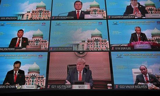 Một màn hình hiển thị cuộc gặp trực tuyến giữa các nhà lãnh đạo thế giới bao gồm Tổng thống Hoa Kỳ Donald Trump, trong hội nghị thượng đỉnh trực tuyến của các nhà lãnh đạo Diễn đàn Hợp tác Kinh tế Châu Á - Thái Bình Dương (APEC) tại Kuala Lumpur vào ngày 20 tháng 11 năm 2020 (Ảnh của MOHD RASFAN / AFP qua Getty Images)