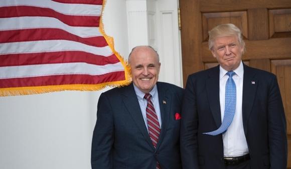 Bầu cử tổng thống Mỹ 2020: Ông Giuliani - luật sư riêng của ông Trump (trái) và Tổng thống Trump (phải). (DON EMMERT/AFP via Getty Images)