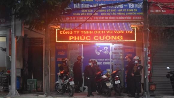 Công an tỉnh Thái Bình phối hợp với các đơn vị nghiệp vụ liên quan phong tỏa, khám xét Công ty TNHH dịch vụ vận tải Phúc Cường /// Ảnh Trung Du
