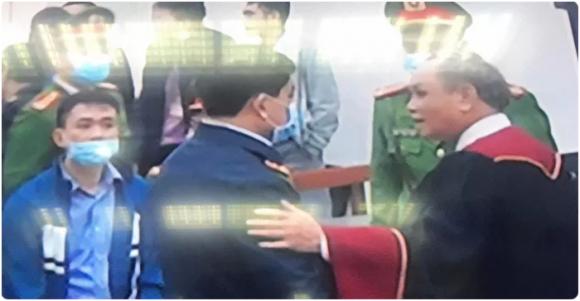 Chủ tọa bắt tay bị cáo Nguyễn Đức Chung là phản cảm