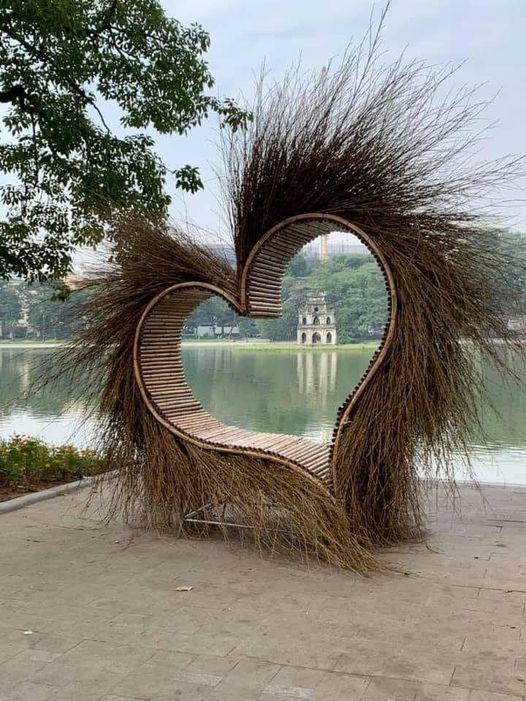 Trái tim được dựng ở Hồ Gươm khiến giới nghệ sĩ phản ứng - Ảnh 1.