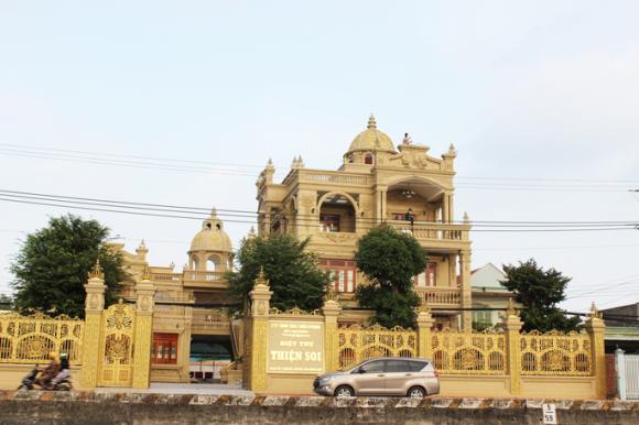 Bắt tạm giam đại gia Thiện Soi, khám xét căn biệt thự dát vàng ở Bà Rịa - Vũng Tàu - Ảnh 3.