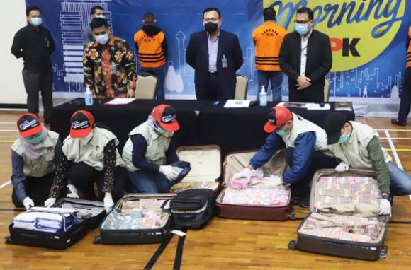 Indonesia bắt bộ trưởng ăn tiền cứu trợ COVID-19, tìm thấy 7 vali tiền mặt - Ảnh 1.