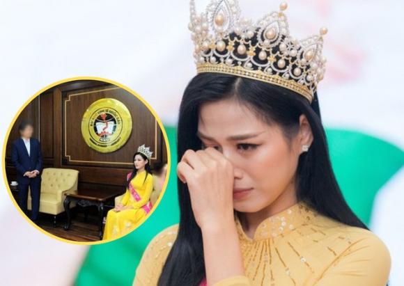 Hoa hậu Đỗ Thị Hà tiếp tục gây ồn ào trong ảnh về thăm trường đại học /// Ảnh: Chụp màn hình