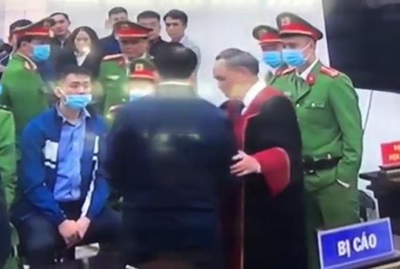Thẩm phán Trương Việt Toàn bắt tay bị cáo Nguyễn Đức Chung.
