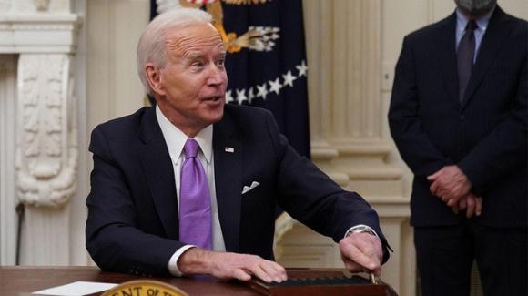 Tổng thống Biden gạt phăng một câu hỏi liên quan tới mục tiêu tiêm vaccine ngừa COVID-19 của phóng viên AP (Ảnh: AP)