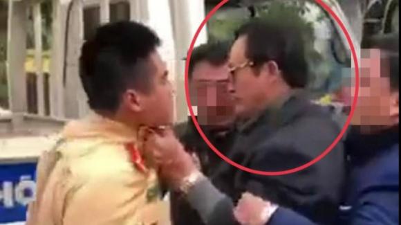Vụ Chi cục trưởng Dân số Tuyên Quang túm cổ CSGT: Có đủ căn cứ khởi tố hình sự? - Ảnh 1.