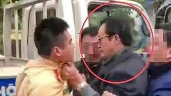 Hình ảnh ông Lại Quốc Đạt túm cổ áo CSGT /// Ảnh cắt từ clip
