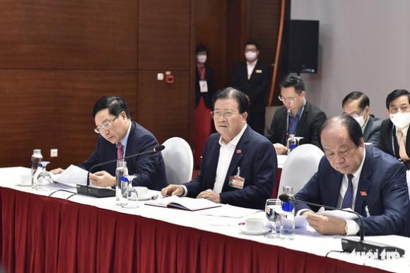 Thủ tướng họp khẩn về COVID-19 ngay tại phòng họp ở Đại hội Đảng XIII - Ảnh 2.