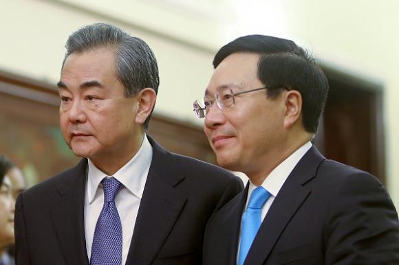 Bộ trưởng Ngoại giao Việt Nam Phạm Bình Minh và Bộ trưởng Ngoại giao và Ủy viên Quốc vụ Vương Nghị của Trung Quốc chủ trì cuộc họp báo tại Nhà khách Chính phủ ở Hà Nội vào ngày 1 tháng 4 năm 2018 (Ảnh: MINH HOÀNG / AFP qua Getty Images)