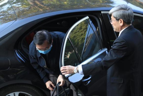 Cựu Bộ trưởng Vũ Huy Hoàng thấy rất buồn, bức xúc vì bị hiểu nhầm đi xe Mercedes tới toà - Ảnh 1.