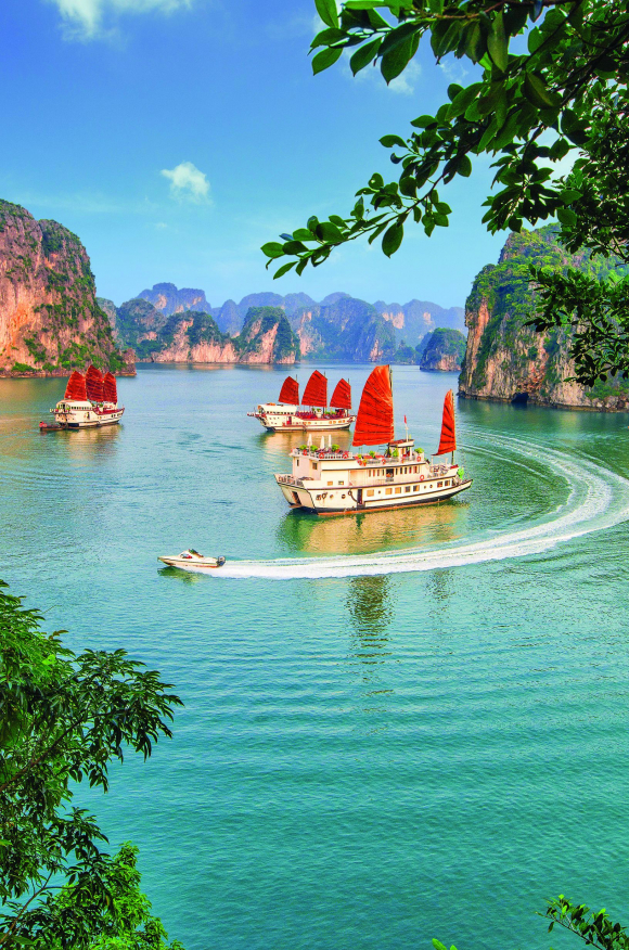 Vịnh Hạ Long đã đóng góp đáng kể vào doanh thu du lịch của Quảng Ninh trong suốt nhiều năm qua.