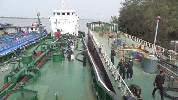 Một chiếc tàu bị Ban chuyên án kiểm tra, bắt giữ /// Ảnh: Công an Đồng Nai cung cấp