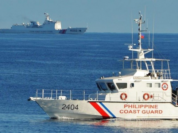 Tàu hải cảnh Philippines và tàu hải cảnh Trung Quốc tại Biển Đông hồi tháng 5-2019. Ảnh: AFP