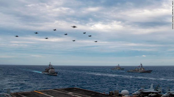 Hai nhóm tác chiến tàu sân bay USS Theodore Roosevelt và USS Nimitz của Mỹ được điều tới Biển Đông tập trận (Ảnh: CNN)