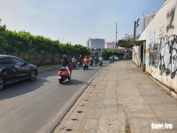 Cảnh sát giao thông giơ chân khiến người đi xe máy té ngã - Ảnh 2.