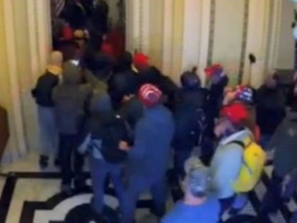 Đám đông bạo loạn vừa đi vừa hét Treo cổ Mike Pence: Hé lộ chi tiết lạnh gáy trong ngày 6/1 - Ảnh 1.