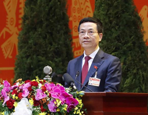 Đồng chí Nguyễn Mạnh Hùng, Ủy viên Trung ương Đảng, Bí thư Ban Cán sự Đảng, Bộ trưởng Bộ Thông tin và Truyền thông trình bày tham luận.