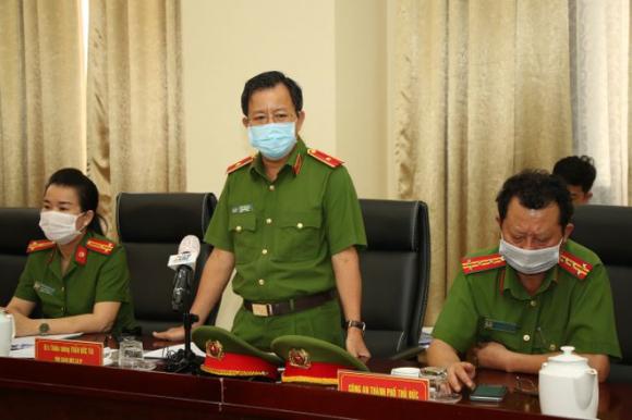 Thiếu tướng Trần Đức Tài chủ trì họp báo /// ẢNH: KHẢ HÒA