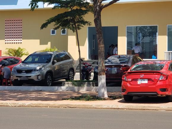 Choáng với dàn xe con ở khu nhà ở xã hội cho cán bộ không có nhà - Ảnh 2.