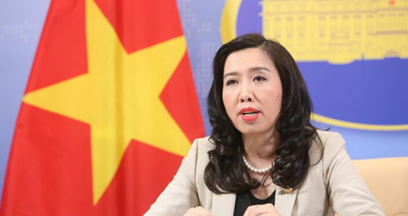 Người Phát ngôn Bộ Ngoại giao Việt Nam Lê Thị Thu Hằng chủ trì họp báo.