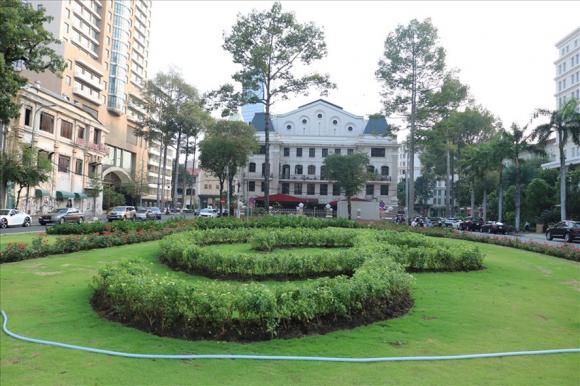 Để biến được bãi xe trên khu đất vàng này thành công viên phục vụ cho công cộng là cả một hành trình. Ảnh: Huân Cao