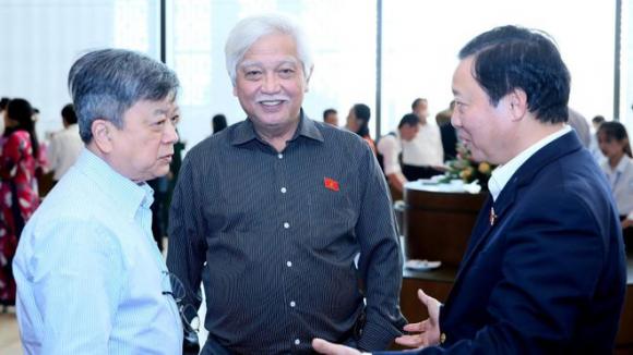 Đại biểu Trương Trọng Nghĩa (bìa trái) và đại biểu Dương Trung Quốc (giữa) trao đổi bên lề Quốc hội /// Ảnh Ngọc Thắng