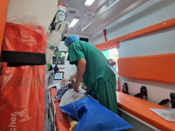 Bệnh nhân được chuyển vào Bệnh viện Chợ Rẫy TP.HCM để điều trị các bệnh nền. Ảnh: LT
