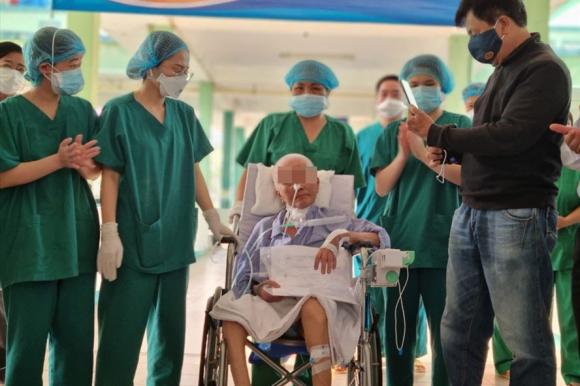 Bệnh nhân COVID-19 được xuất viện sau 9 lần liên tiếp xét nghiệm SARS-CoV-2 cho kết quả âm tính. ẢNH: LT