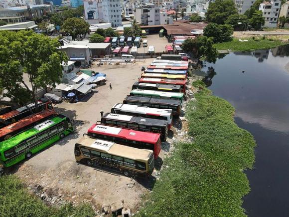Toàn cảnh lấn chiếm sông Bình Triệu của 2 bãi xe 391 và 397 Đinh Bộ Lĩnh, P.26, Q.Bình Thạnh, TP.HCM /// ẢNH: NGỌC DƯƠNG