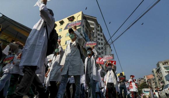 Ngày ác mộng ở Myanmar: Cảnh sát bắn chết 18 người biểu tình; nạn nhân bị bắn trúng đầu, ngực - Ảnh 1.