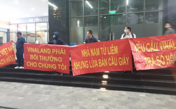 """Hy hữu ở Hà Nội: Mua chung cư quận Cầu Giấy lại """"nhầm"""" thành Nam Từ Liêm, chủ đầu tư im bặt, hàng trăm cư dân căng băng rôn yêu cầu đối thoại"""